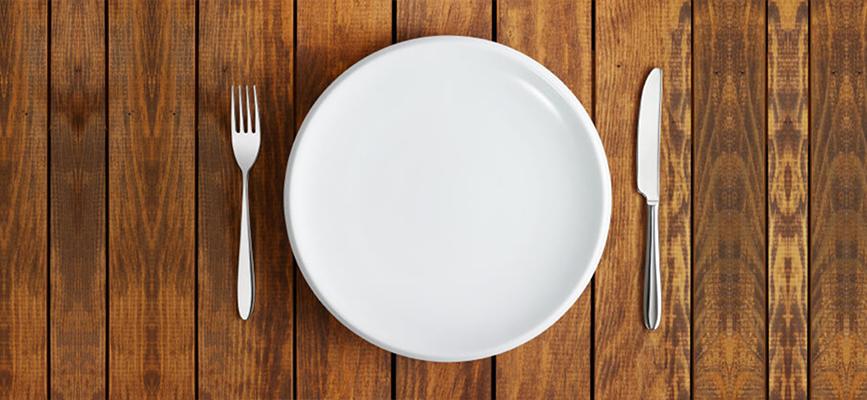 сервированная тарелка с вилкой и ложкой