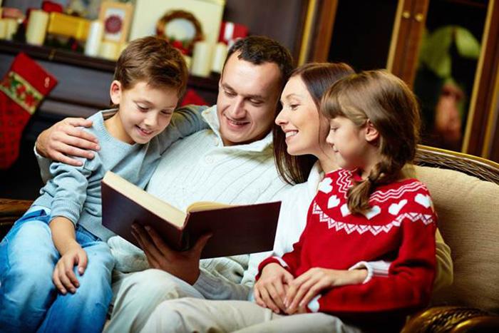 отец читает книгу семье